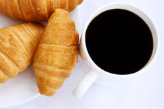 Taza de café y de croissants Imágenes de archivo libres de regalías