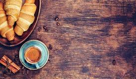Taza de café y de cruasán Imagen de archivo libre de regalías