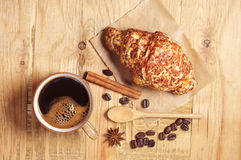 Taza de café y de cruasán con queso imagen de archivo