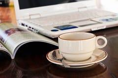 Taza de café y de cuaderno Fotografía de archivo