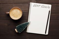 Taza de café y de cuaderno con las metas para 2017 Planeamiento y motivación para el concepto del Año Nuevo Visión superior Imagen de archivo libre de regalías