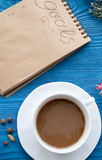 Taza de café y de cuaderno con las metas por Año Nuevo Imagenes de archivo