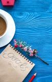 Taza de café y de cuaderno con las metas por Año Nuevo Foto de archivo