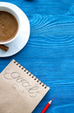 Taza de café y de cuaderno con las metas por Año Nuevo Fotos de archivo libres de regalías
