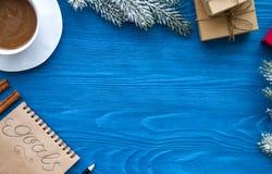 Taza de café y de cuaderno con las metas por Año Nuevo Fotografía de archivo libre de regalías