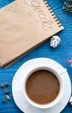 Taza de café y de cuaderno con las metas por Año Nuevo Fotografía de archivo