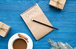 Taza de café y de cuaderno con las metas por Año Nuevo Fotos de archivo