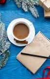 Taza de café y de cuaderno con las metas por Año Nuevo Imagen de archivo libre de regalías