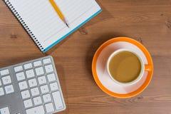 Taza de café y de cuaderno en de madera imágenes de archivo libres de regalías