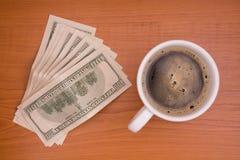Taza de café y de dinero Fotografía de archivo