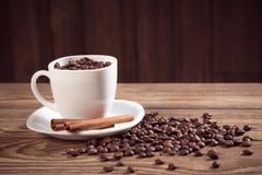 Taza de café y de fondo de madera de las habas Fotografía de archivo libre de regalías