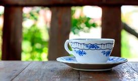 Taza de café y de fondo del bokeh de la falta de definición Fotografía de archivo
