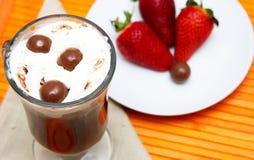 Taza de café y de fresas Foto de archivo libre de regalías