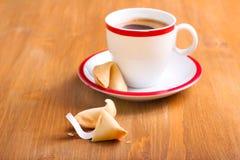Taza de café y de galleta de la suerte Fotos de archivo libres de regalías