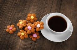 Taza de café y de galletas calientes Fotografía de archivo libre de regalías