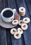 Taza de café y de galletas cortadas en forma de corazón Imágenes de archivo libres de regalías