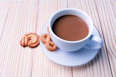 Taza de café y de galletas en de madera Fotografía de archivo libre de regalías