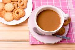 Taza de café y de galletas en de madera Fotografía de archivo