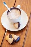 Taza de café y de galletas en forma de corazón Fotografía de archivo libre de regalías