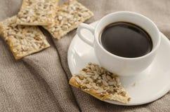 Taza de café y de galletas en un despido del fondo imagen de archivo