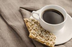 Taza de café y de galletas en un despido del fondo fotografía de archivo libre de regalías