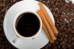 Taza de café y de granos de café fotos de archivo