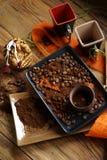 Taza de café y de granos de café Fotos de archivo libres de regalías