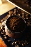 Taza de café y de granos de café Imagen de archivo libre de regalías