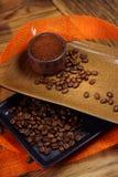 Taza de café y de granos de café Fotografía de archivo libre de regalías
