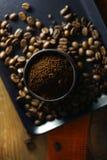 Taza de café y de granos de café Imágenes de archivo libres de regalías