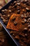 Taza de café y de granos de café Foto de archivo libre de regalías