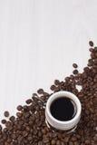 Taza de café y de granos de café en el fondo blanco Imagen de archivo libre de regalías