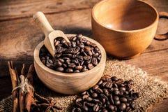 Taza de café y de granos de café en la tabla de madera Foto de archivo