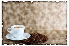 Taza de café y de habas Fotos de archivo libres de regalías