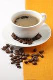 Taza de café y de habas Imagen de archivo libre de regalías