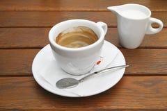 Taza de café y de leche imagenes de archivo