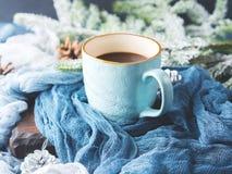 Taza de café y de leche en fondo oscuro del invierno Imagen de archivo libre de regalías