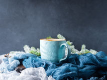 Taza de café y de leche en fondo oscuro del invierno Foto de archivo