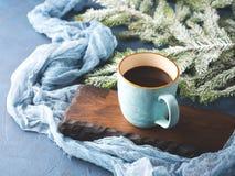 Taza de café y de leche en fondo oscuro del invierno Foto de archivo libre de regalías