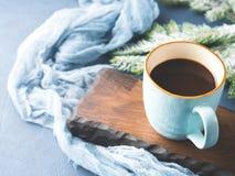 Taza de café y de leche en fondo oscuro del invierno Fotos de archivo libres de regalías