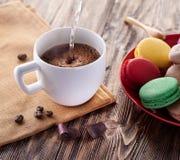 Taza de café y de macaron francés Foto de archivo libre de regalías