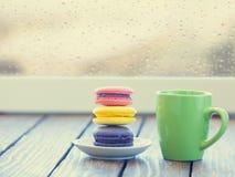 taza de café y de macarons fotos de archivo libres de regalías