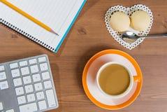 Taza de café y de mochi en de madera fotografía de archivo
