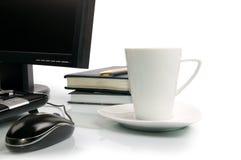 Taza de café y de ordenador imagen de archivo