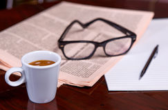 Taza de café y de periódico Fotos de archivo libres de regalías