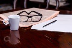 Taza de café y de periódico Imagen de archivo libre de regalías