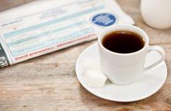Taza de café y de periódico Fotografía de archivo libre de regalías