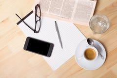 Taza de café y de periódico foto de archivo libre de regalías