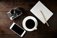 taza de café y de smartphone en la madera Imagen de archivo libre de regalías