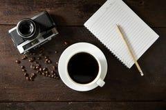 taza de café y de smartphone en la madera Fotos de archivo